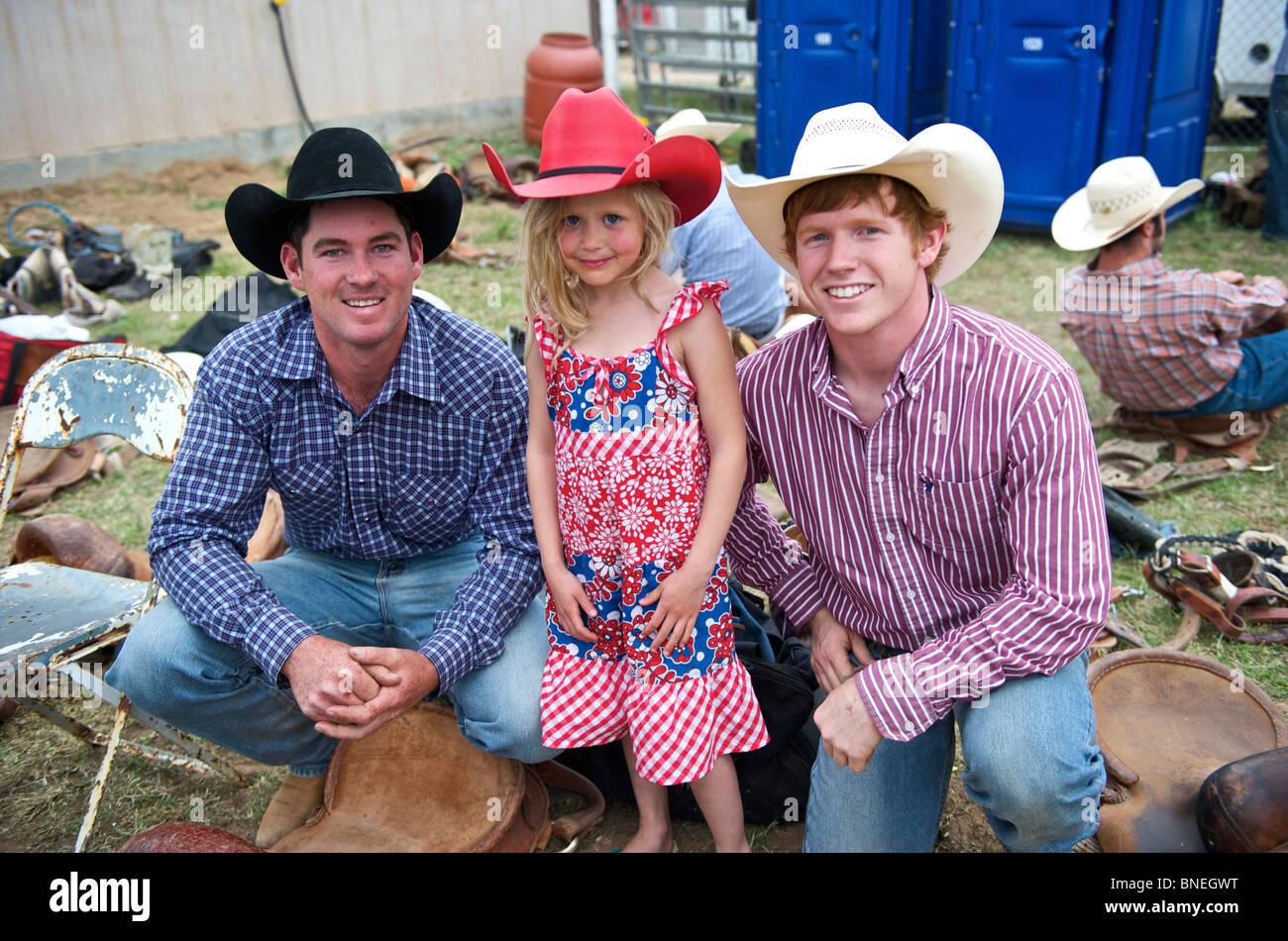 Six jeunes année cowgirl posant avec un membre de l'érythroblastopénie Rodeo Cowboys à Petite-ville, Bridgeport, Texas, États-Unis Banque D'Images