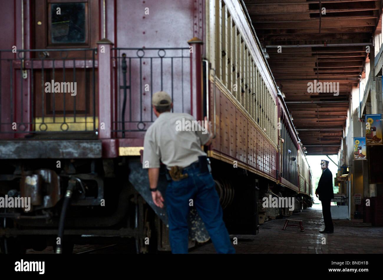Vintage train touristique quitte la station en bestiaux, Fort Worth, Texas, États-Unis Banque D'Images