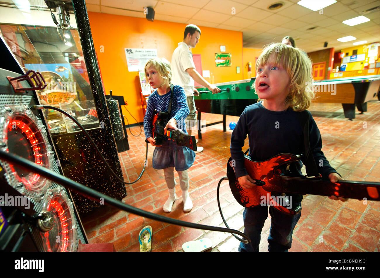 Deux enfants jouant de la guitare sur la machine de jeu Texas, États-Unis Banque D'Images