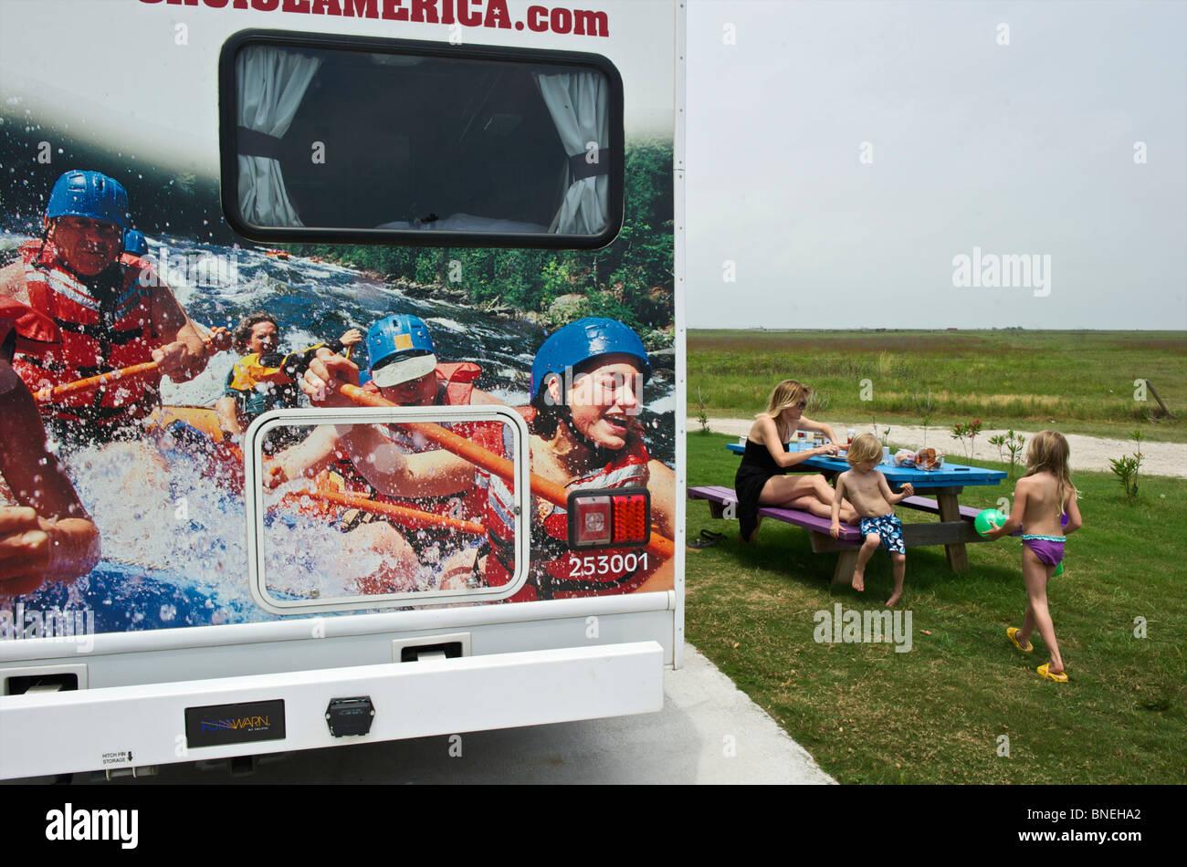 Famille avec location de camping-car camping et RV sur la plage de Galveston, Texas, États-Unis Banque D'Images