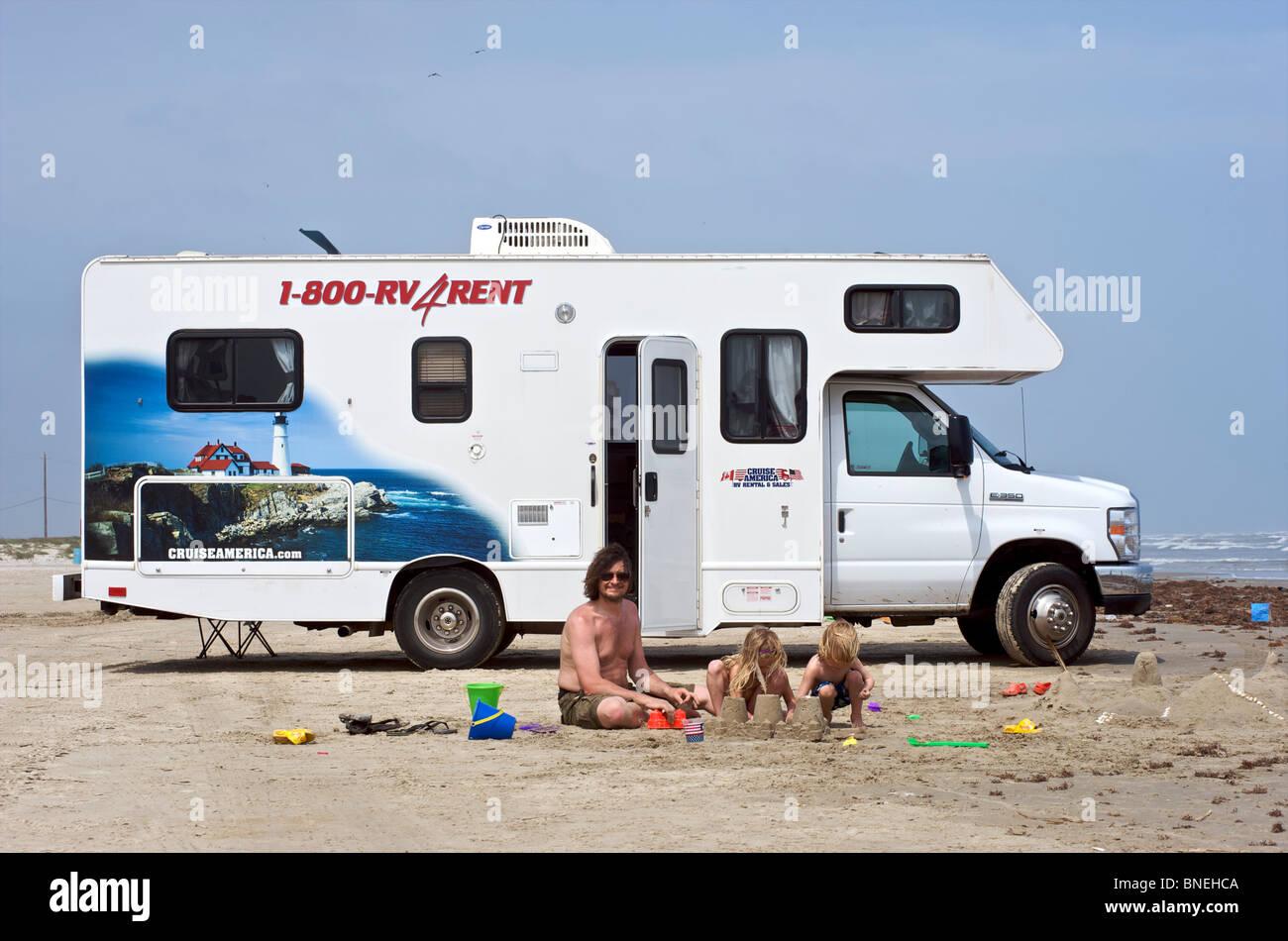 Famille avec une location de camping-campervan RV sur une plage, Galveston Texas, USA Banque D'Images