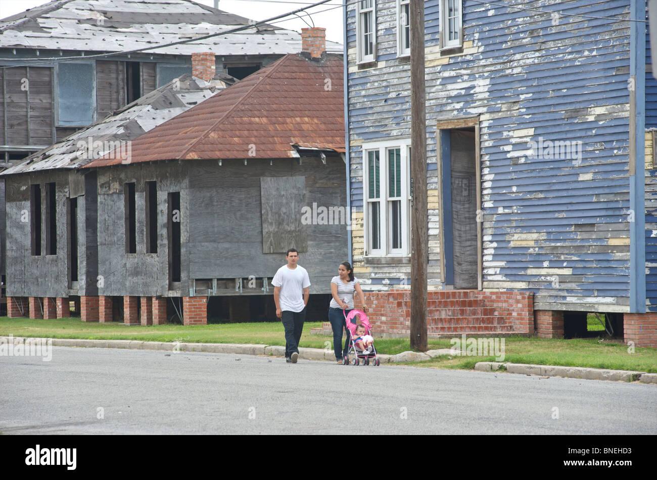 Jeune famille prenant à pied dans quartier pauvre de Galveston, Texas, États-Unis Banque D'Images