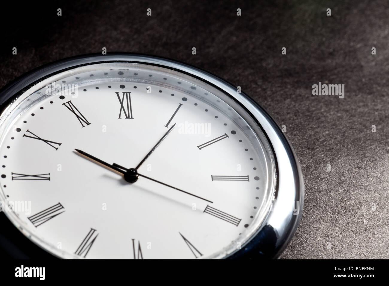 Réveil close up avec fond sombre Photo Stock
