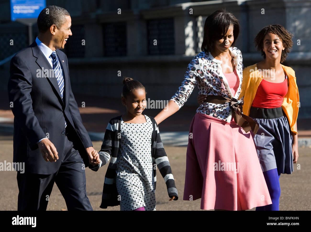 Le président Barack Obama, la Première Dame Michelle et leurs filles Malia et Sasha à pied le long Photo Stock