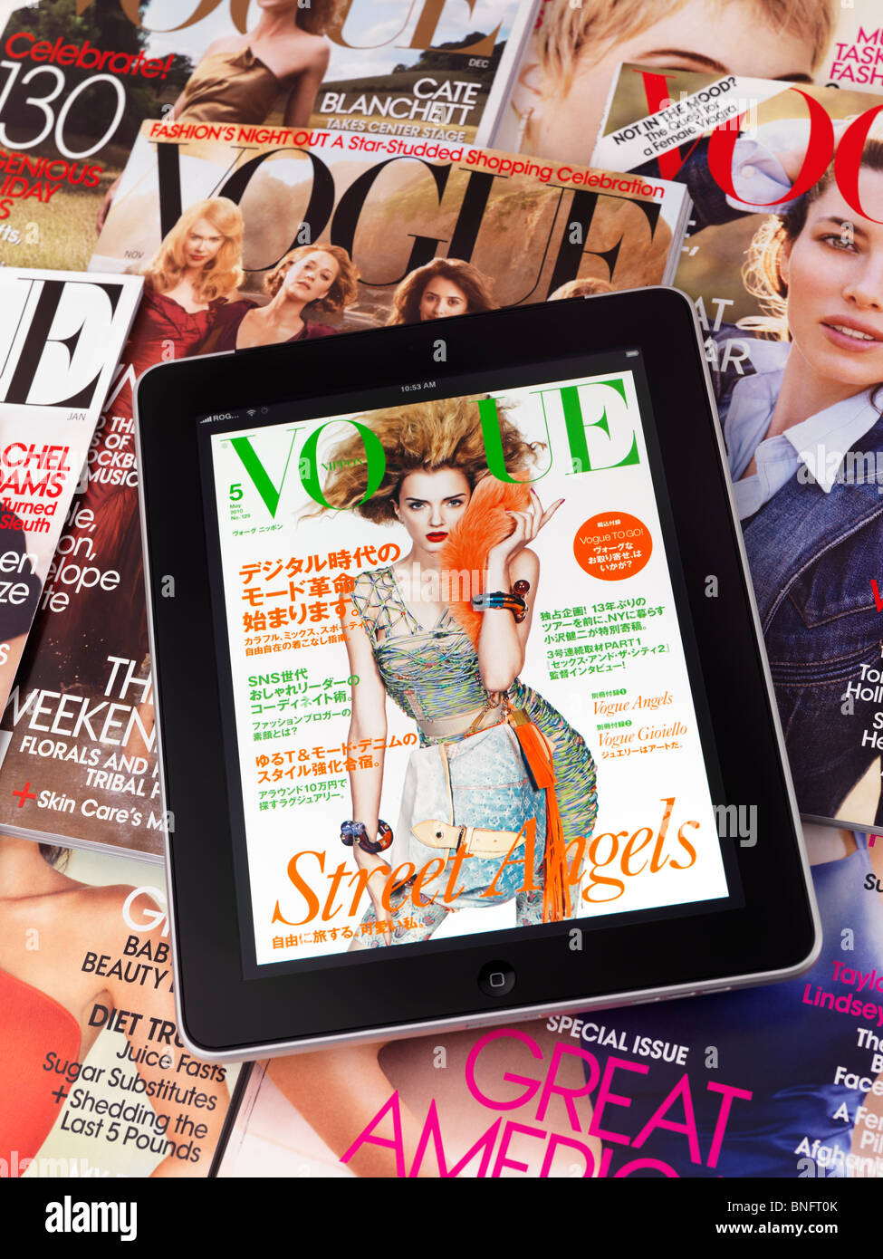 Tablette Apple iPad 3G avec un numéro électronique de Vogue située au-dessus de magazines Vogue fashion Photo Stock