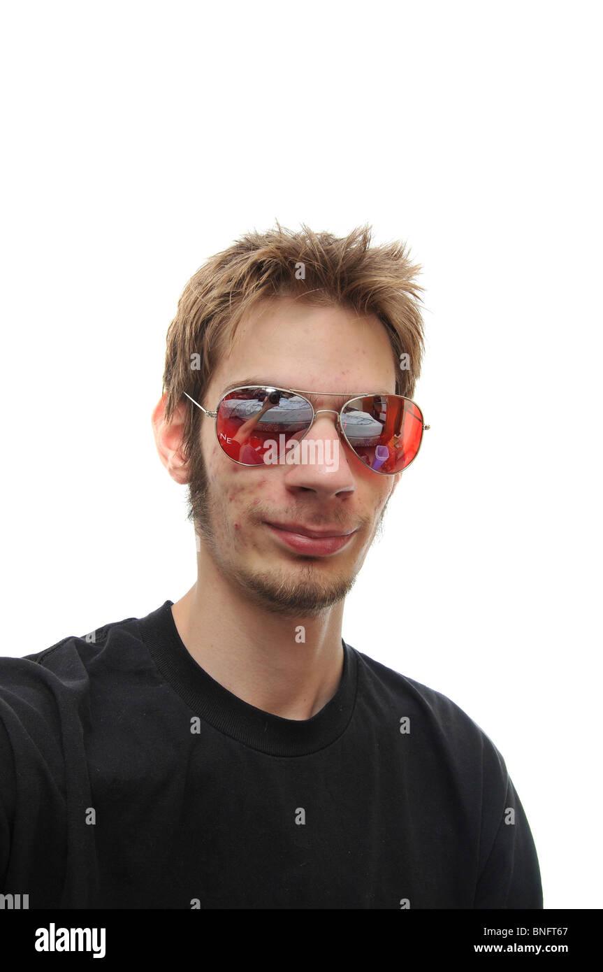 4e9a61f1bcd36f Un portrait d un jeune homme avec des lunettes de soleil aviateur rouge.