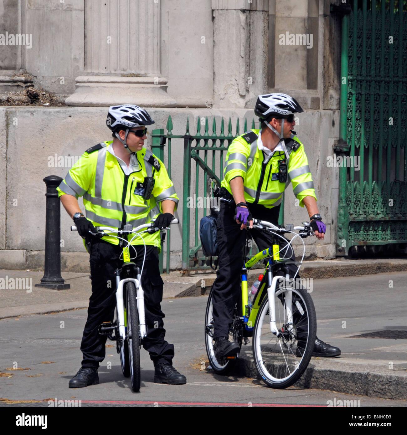 Agents de la Police métropolitaine sur des vélos Photo Stock