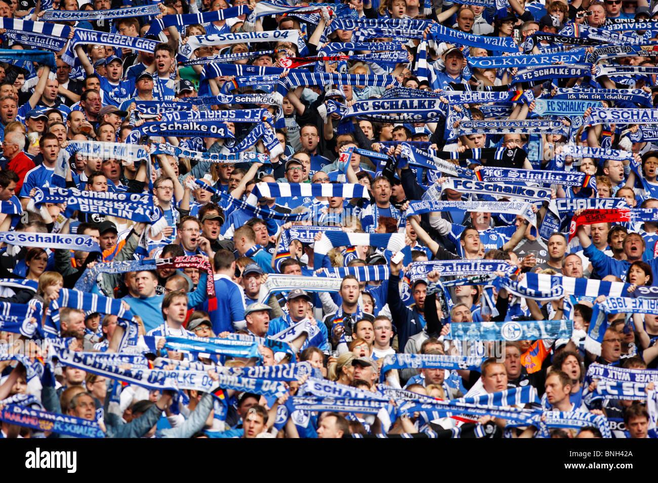 Le football, le soccer, le partisan de la major league football club allemand Schalke 04, dans la Veltins Arena Stadium. Banque D'Images