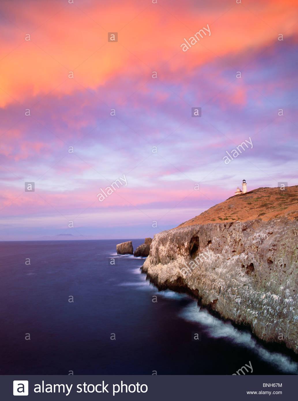 Le phare sur l'Île 'East Anacapa' au coucher du soleil, [1932] construit, encore en usage. 'Channel Photo Stock