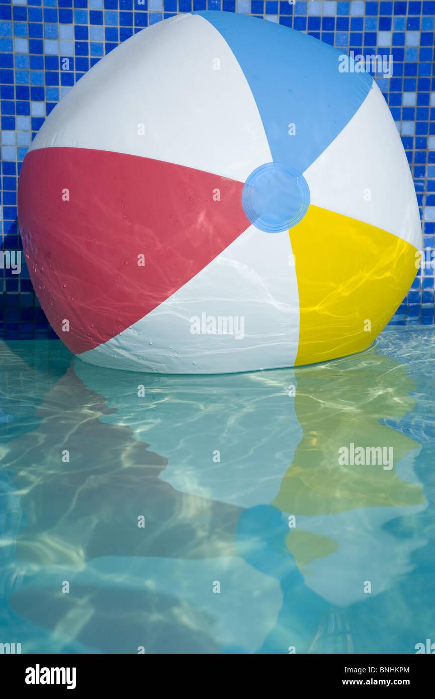 Ballon de plage sur l'eau Photo Stock