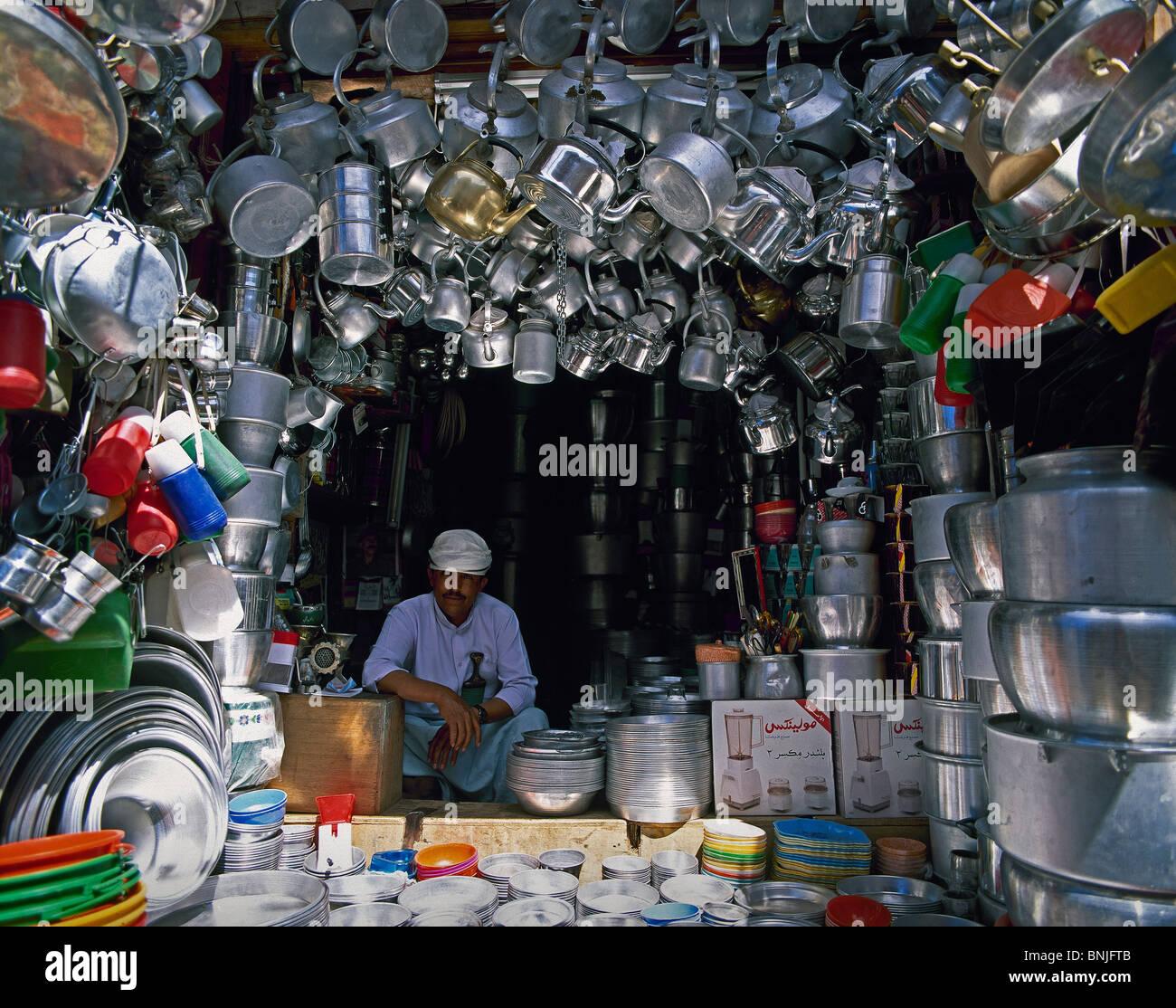 Février 2005 Yémen Sanaa city Shop at Old Sanaa store produits du vendeur marché pots Photo Stock