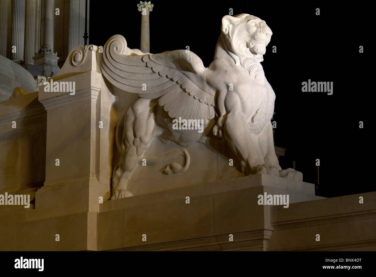 Lion ailé sur le Vittoriano, par nuit Photo Stock