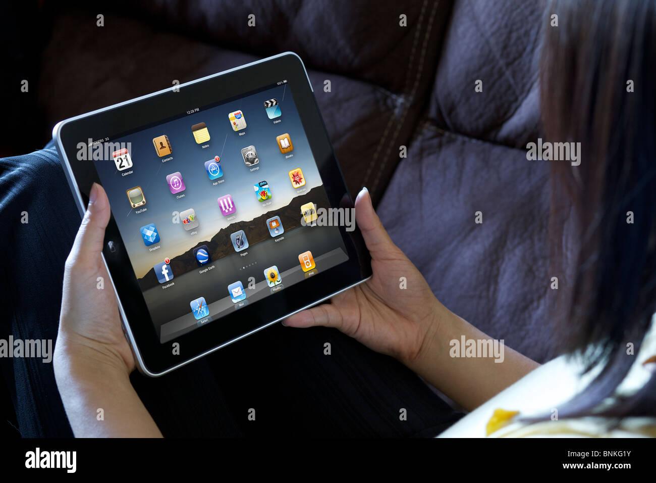 A woman relaxing montrant des applications iPad écran Photo Stock