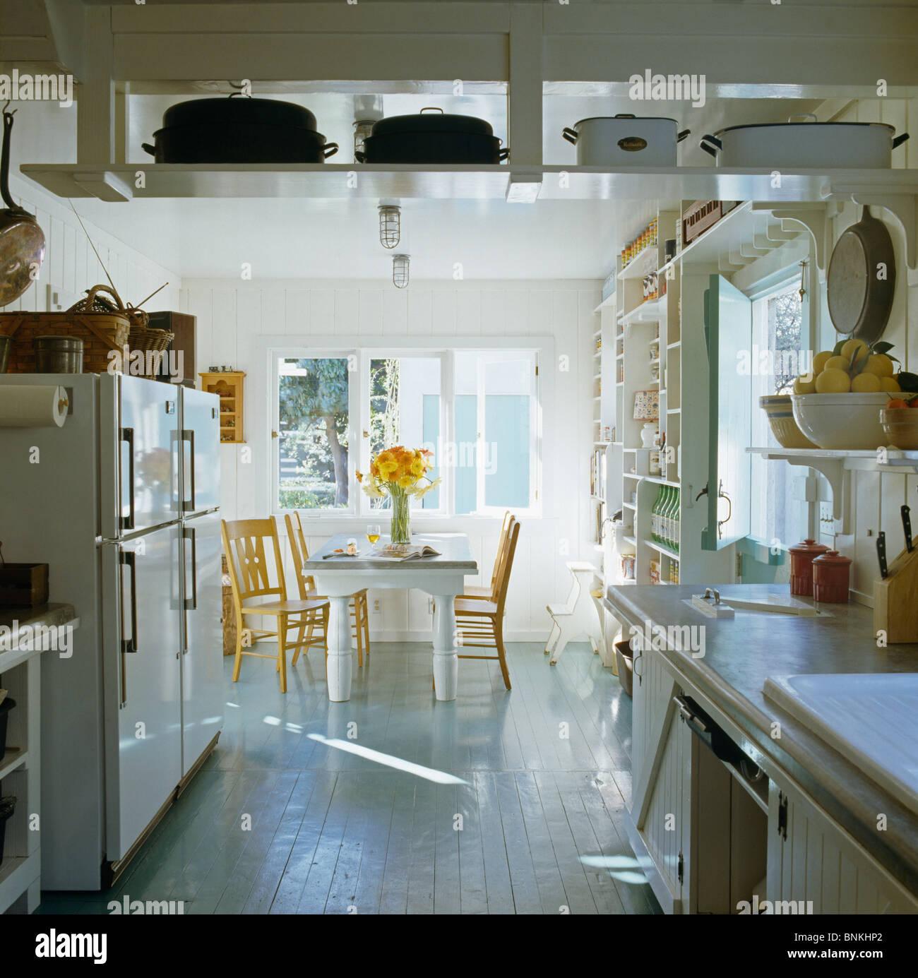 Étagères suspendues au plafond en blanc cuisine salle à manger avec