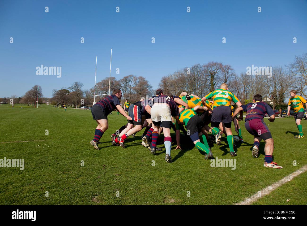 L'Angleterre, West Sussex, Shoreham-by-Sea, équipes de rugby jouant sur Victoria Park terrains de jeux. Photo Stock