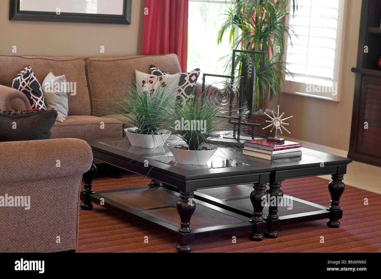 Élégamment décorées accueil salon den salon avec l'accent sur une table basse Photo Stock