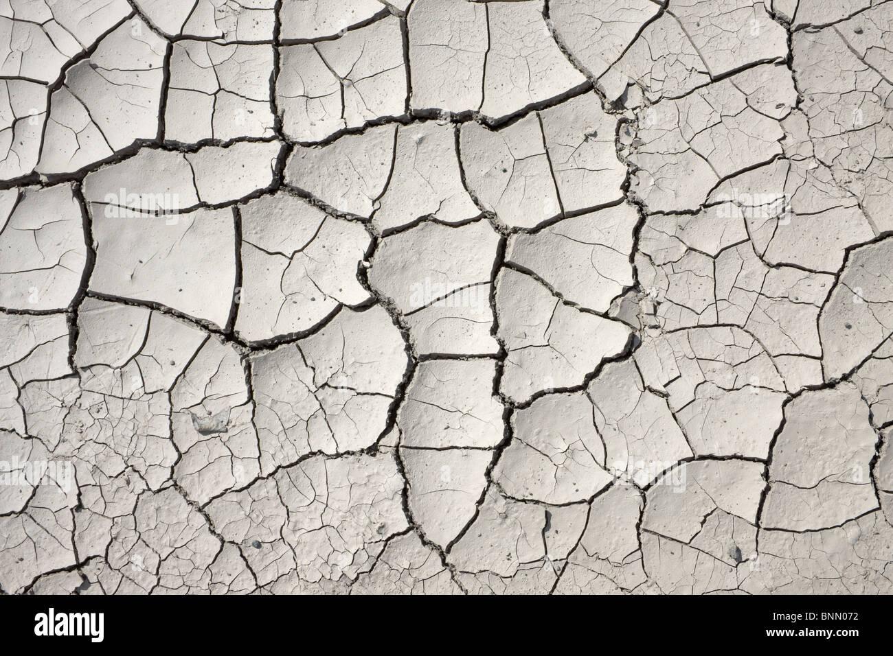 La boue séchée blanc fissuré à la fin du printemps au large de l'Alaska Highway, Glenn Photo Stock