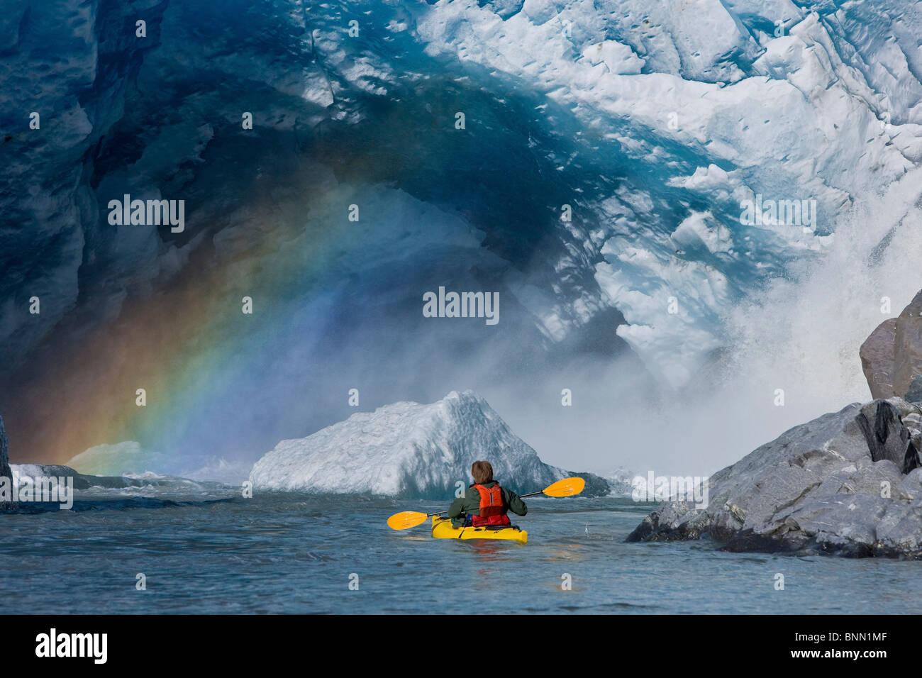 Un kayakiste explore une injection jaillissant d'sous Mendenhall Glacier Mendenhall, Lac, forêt nationale de Tongass, Alaska Banque D'Images