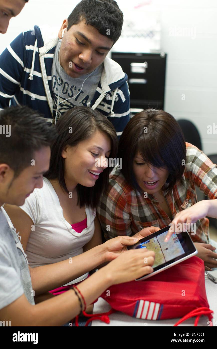 Les étudiants Hispaniques utilisent l'iPad en classe à Manor New Tech High School de Manor, Texas. Photo Stock