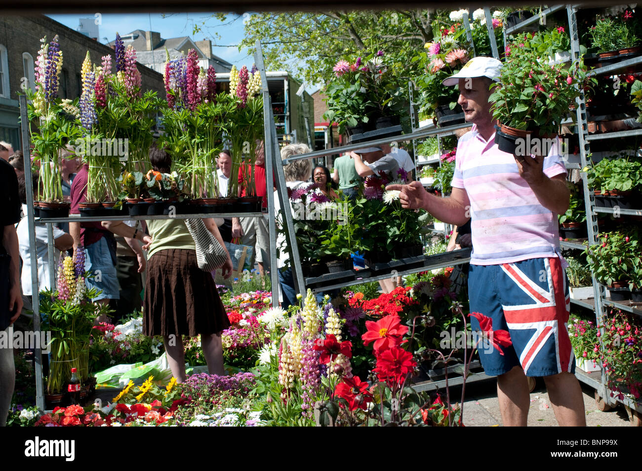 Vendeur montrant ses marchandises, Columbia Road Flower Market, London, E2, England, UK Photo Stock