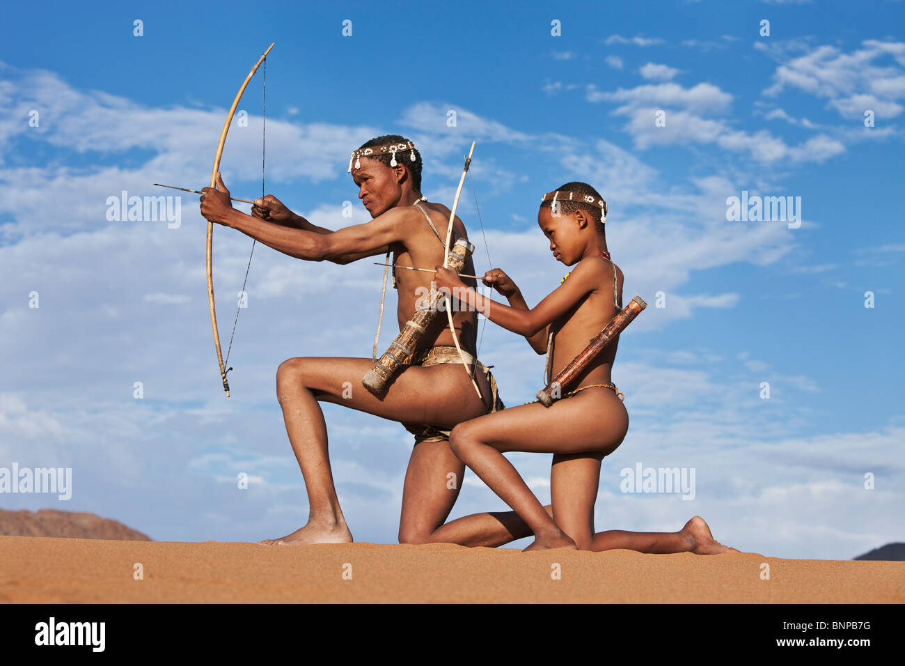 Bushman/peuple San. San mâles armés de chasseur arc et flèche Photo Stock