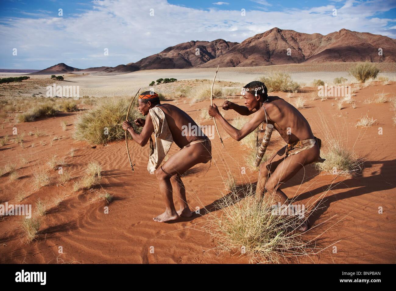 Bushman/peuple San. Les chasseurs San mâle armé d'arc et de la flèche traditionnelle Photo Stock