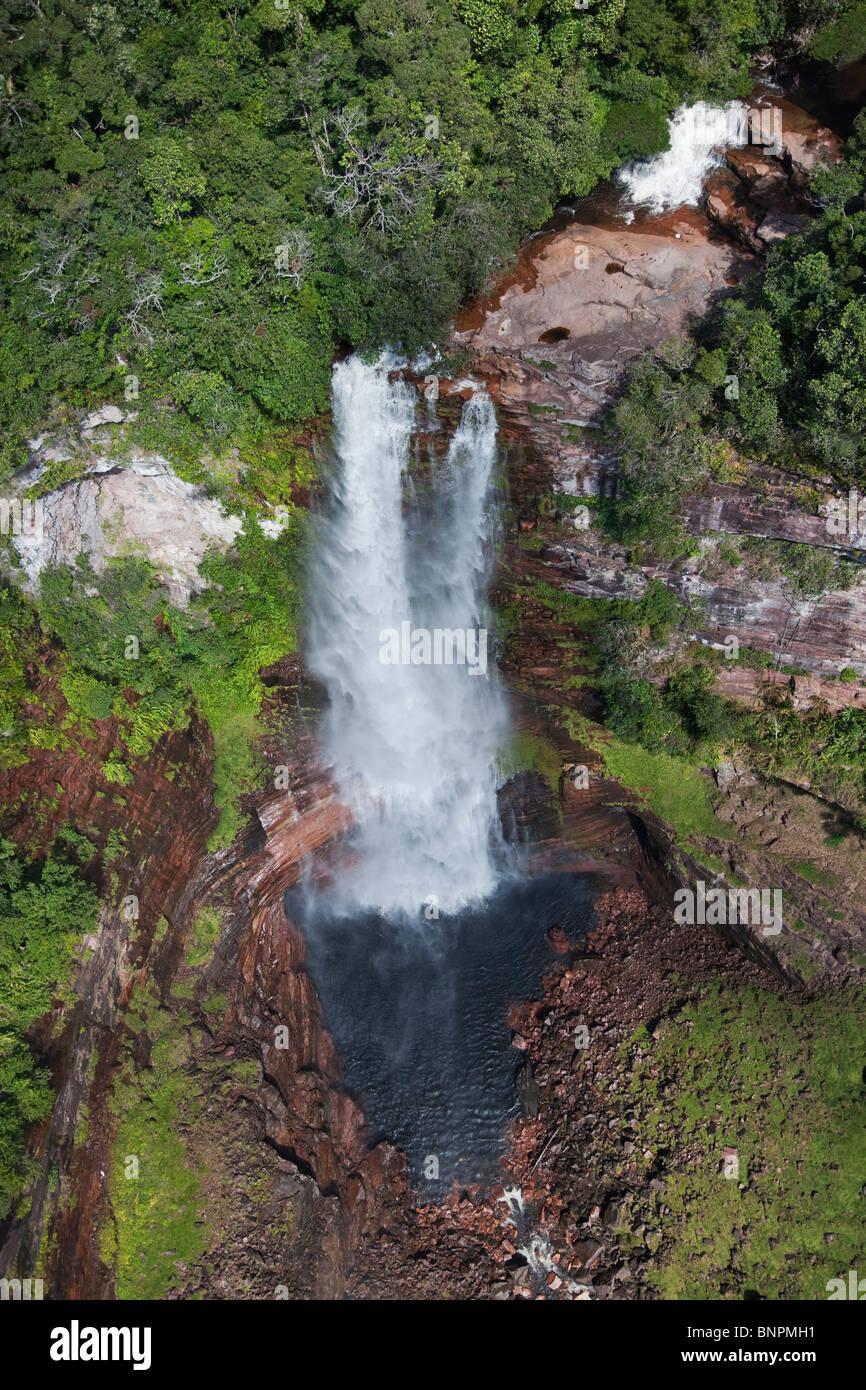 Vue aérienne de cascade cascade sur le côté de falaises de grès une tepui Venezuela Photo Stock