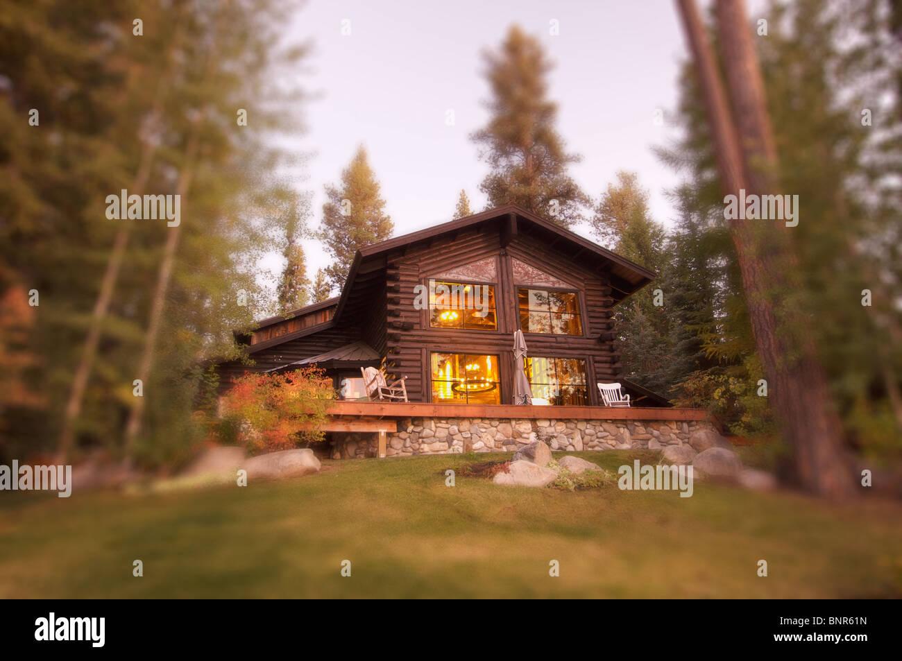 Belle Log Cabin Exterior parmi les pins Photo Stock