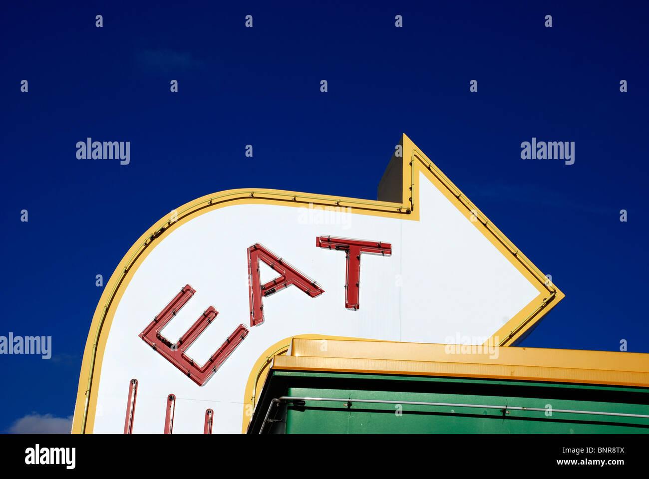Manger signe pour restaurant le long de l'interstate. Photo Stock