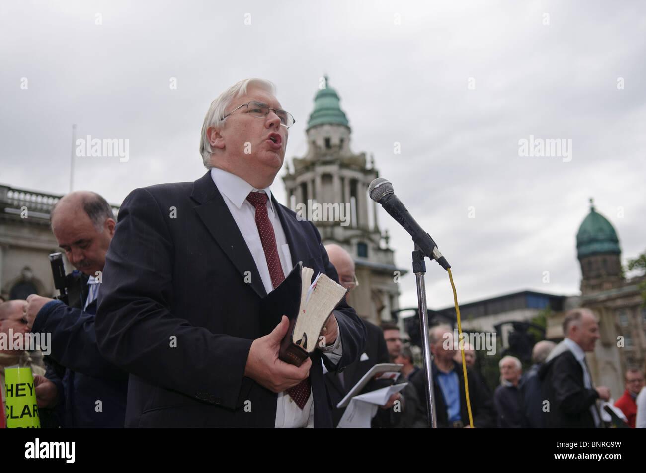 Le ministre presbytérien libre tient une bible tout en prêchant en dehors de Belfast City Hall. Banque D'Images