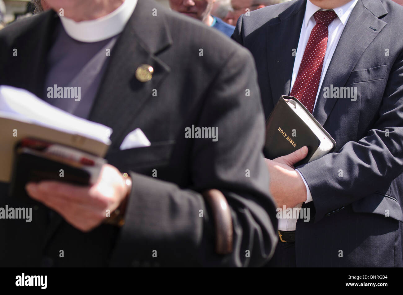 Les bibles protestantes ministres occupant Banque D'Images