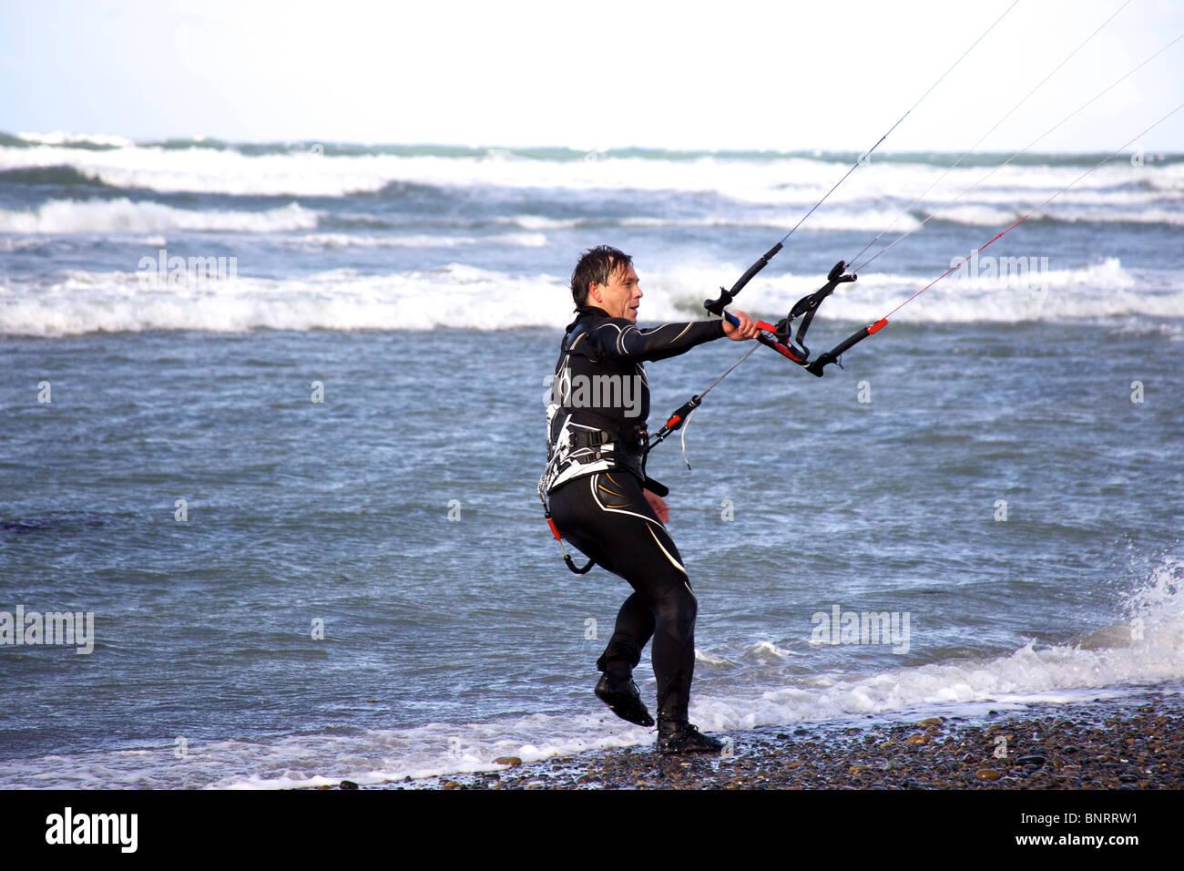 Un mâle kitesurfer se prépare à monter à nouveau. Photo Stock