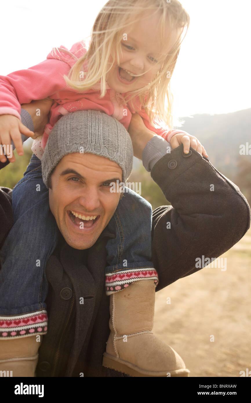 Jeune fille de son oncle en épaules. Photo Stock