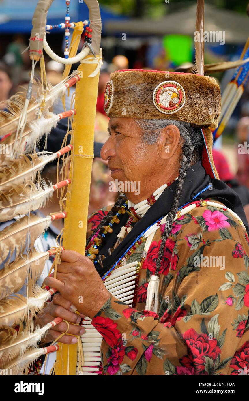 Native Indian chief eagle holding personnel avant la grande entrée de réserve des Six nations de la rivière Photo Stock