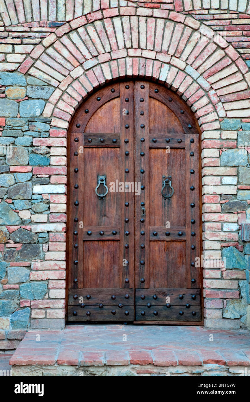 Devant la porte du château. Castello di Amerorosa. Napa Valley, Californie. Parution de la propriété Photo Stock