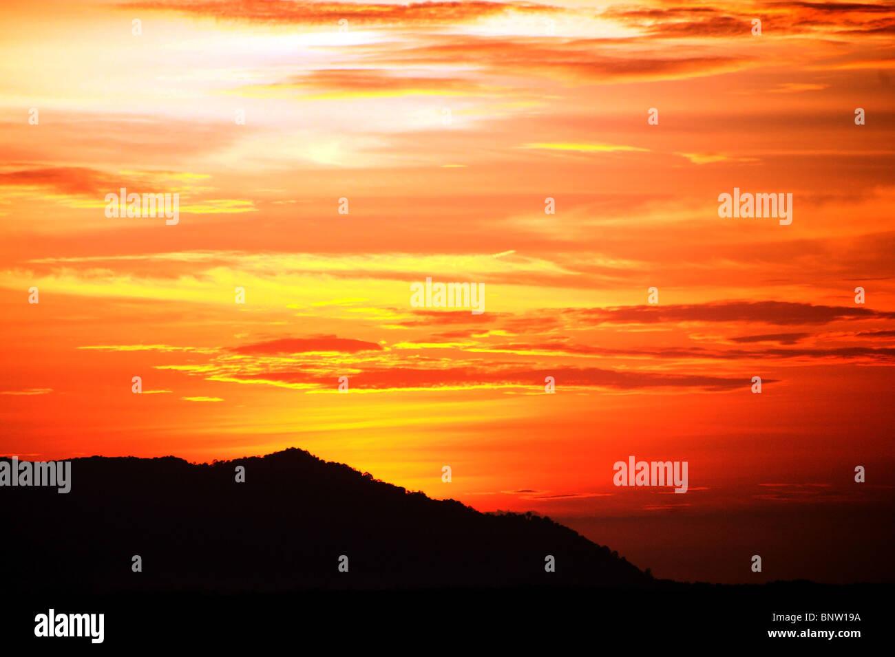 Coucher du soleil sur les montagnes avec une sorte de Matang (hauteur du vol d'oiseau. La Malaisie. Bornéo. Photo Stock
