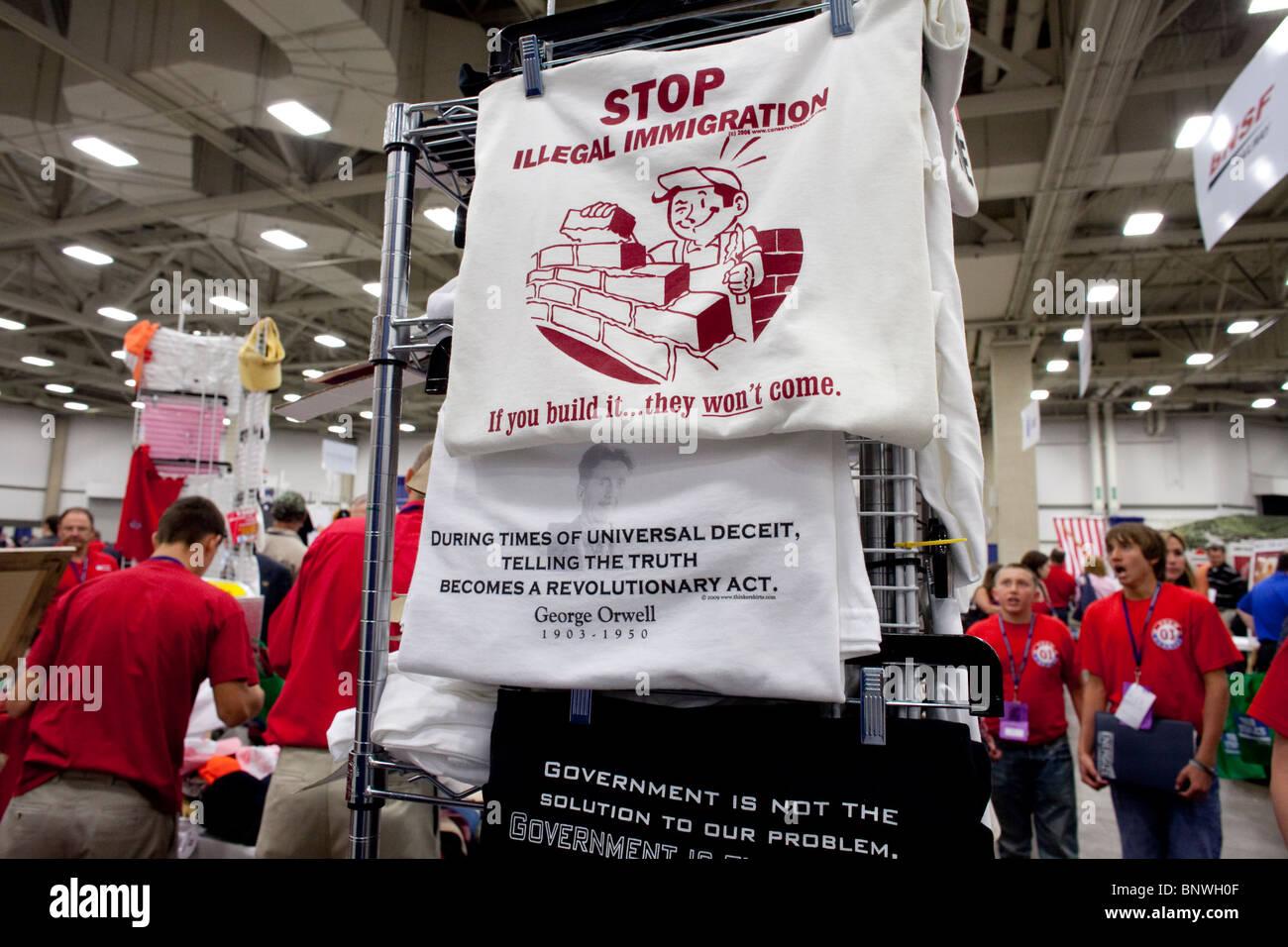 T-shirt afficher sur le plancher à la foire commerciale en liaison avec les deux jours du congrès du Parti républicain du Texas à Dallas. Banque D'Images