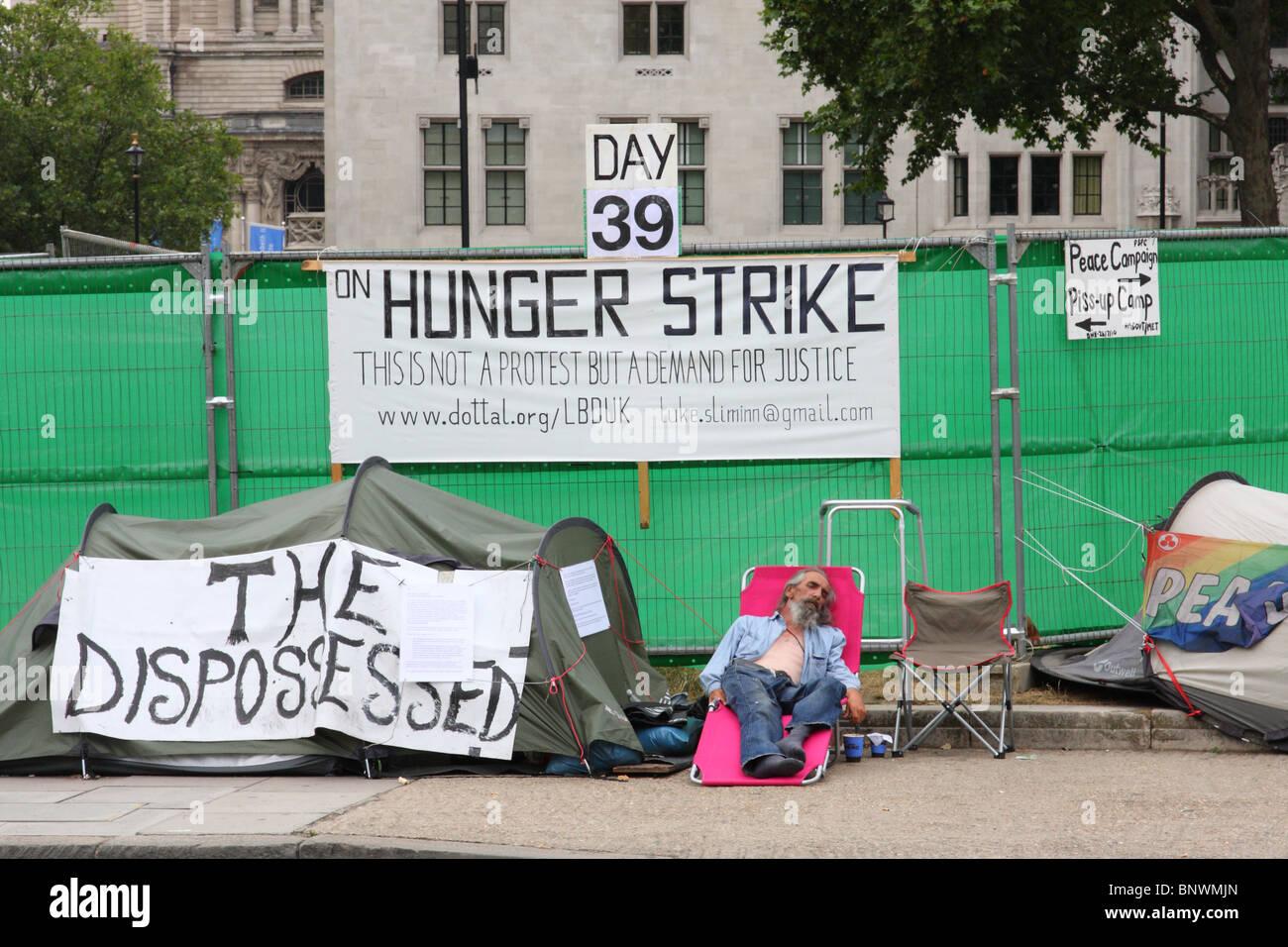 Un manifestant en grève de la faim au camp de la paix, la place du Parlement, Westminster, Londres, Angleterre, Photo Stock