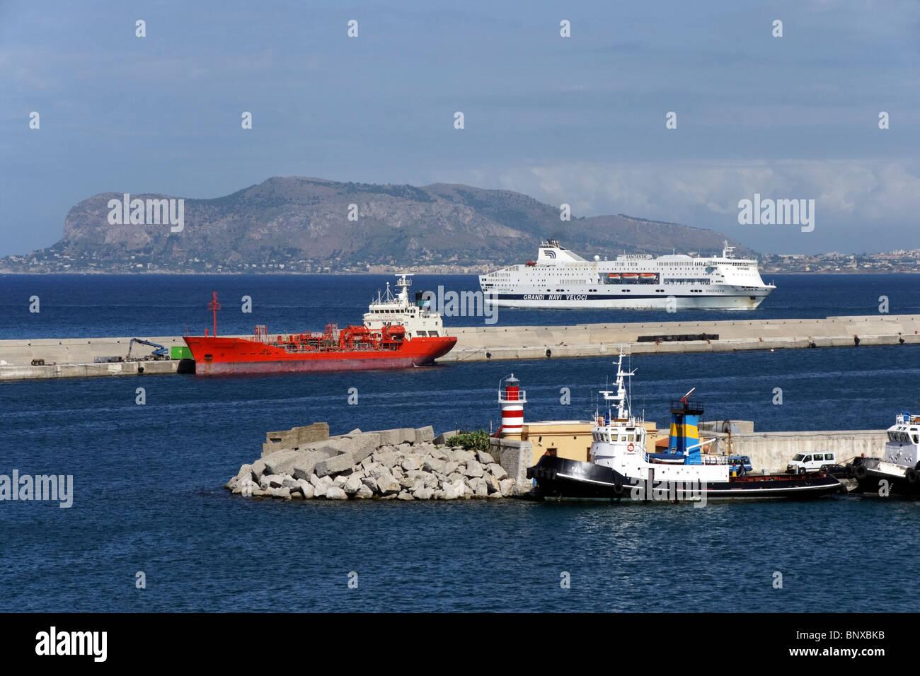 Grandi Navi Veloci ferry passager et l'approche fantastique sur le port de Palerme Sicile en Italie Photo Stock