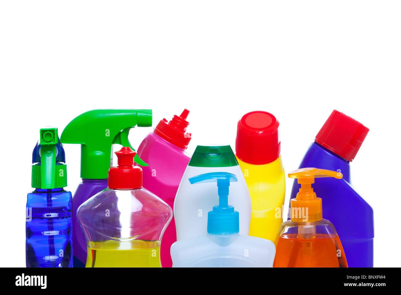 Photo des bouteilles de produits chimiques de nettoyage isoalted sur fond blanc. Photo Stock