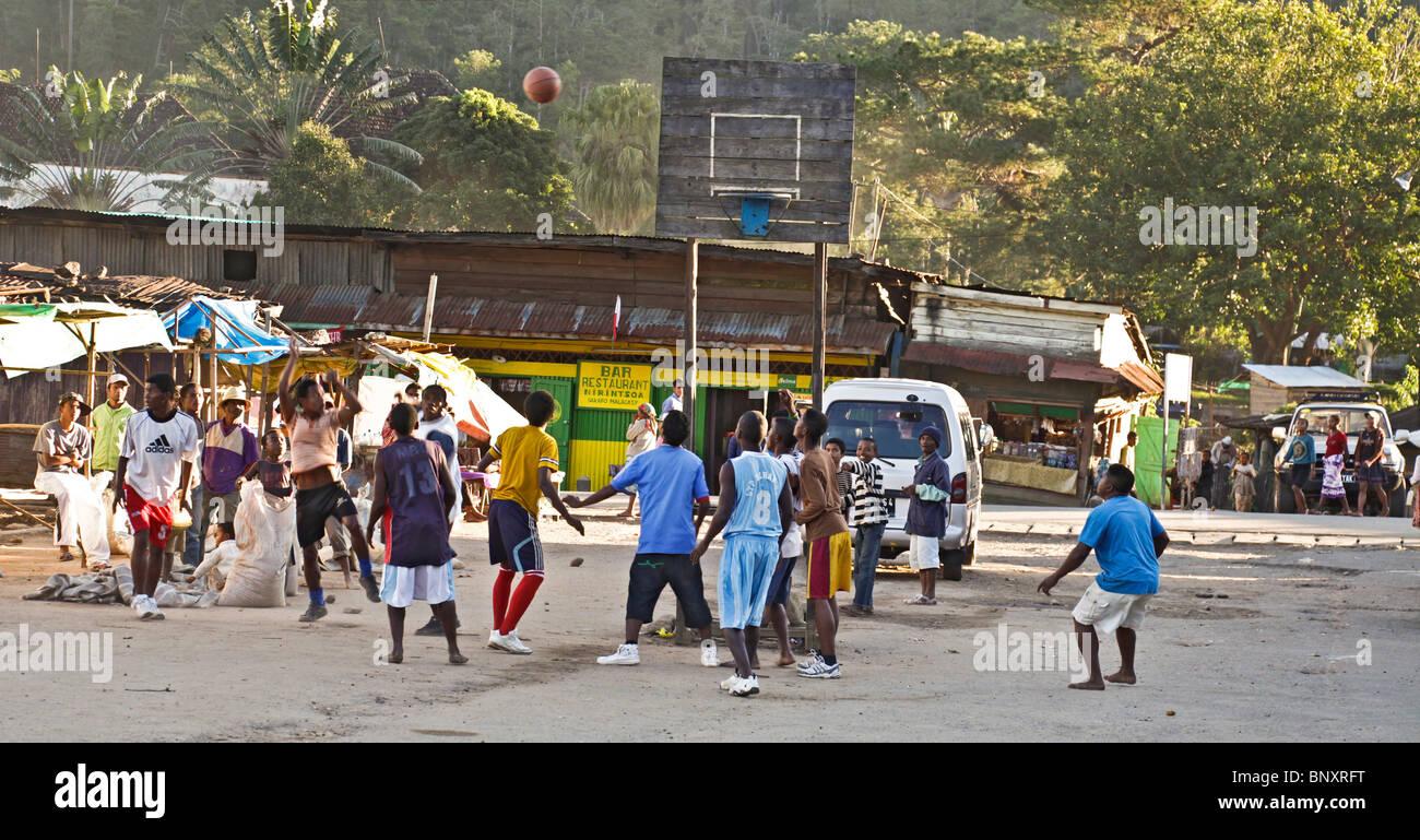 Les jeunes hommes jouant au basket-ball dans le centre de Ranomafana village dans le sud-est de Madagascar Banque D'Images