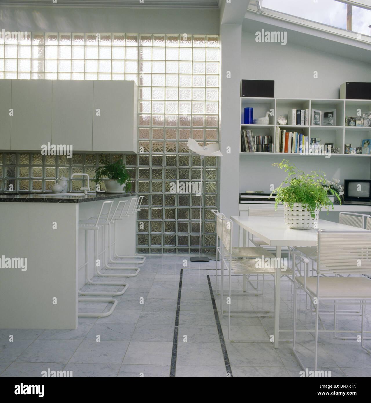 Mur de briques de verre en grande cuisine moderne, salle à manger ...