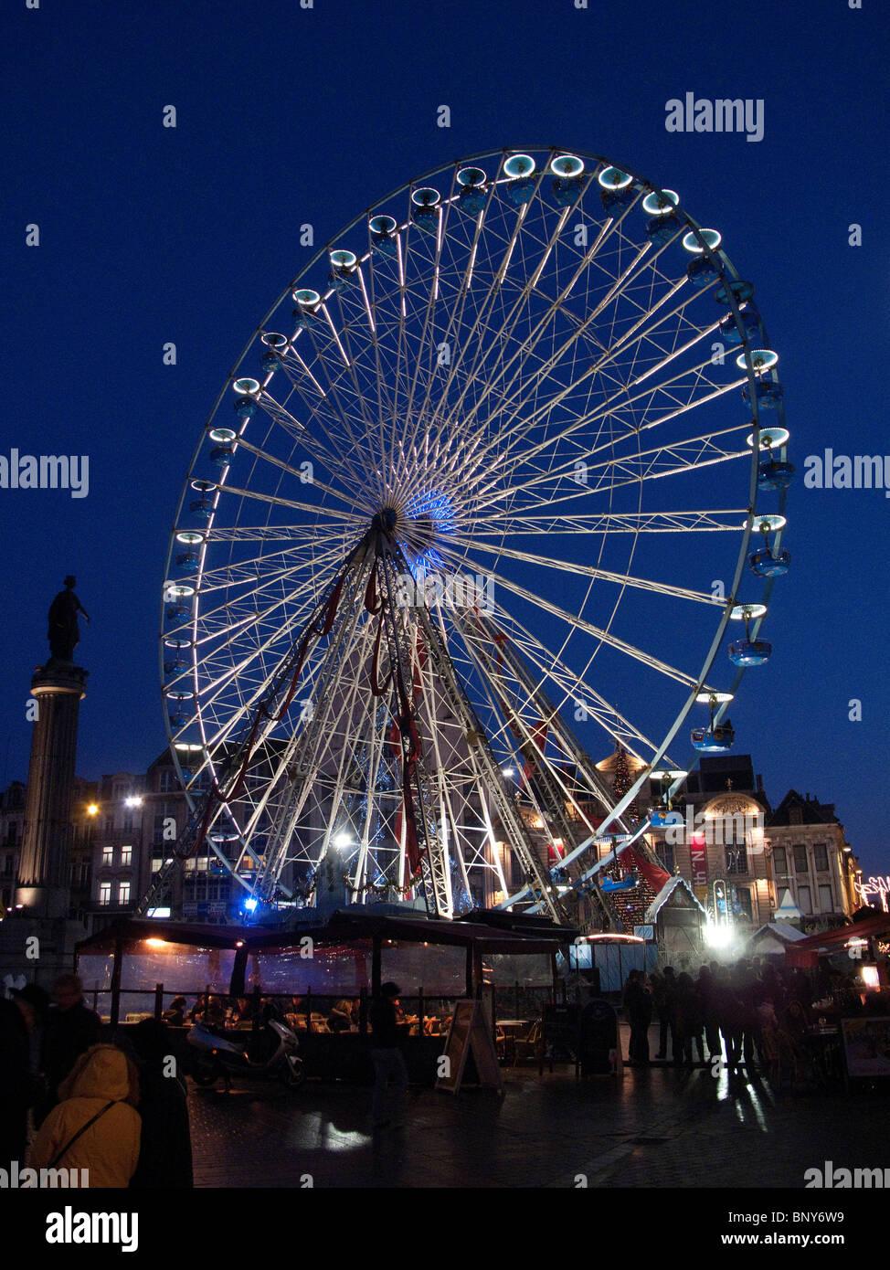 Grande roue à Grand Place, Lille, France, au crépuscule, pendant la période de Noël Photo Stock