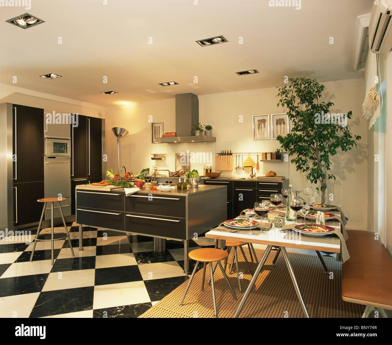 Damier noir blanc +parquet en grande cuisine salle à manger avec ...