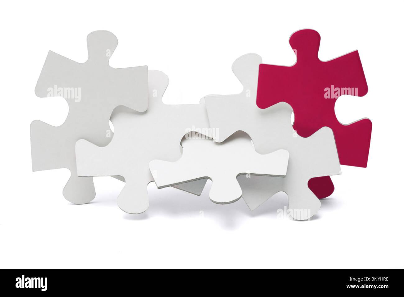 Jigsaw Puzzle pieces asservis et debout sur fond blanc Photo Stock