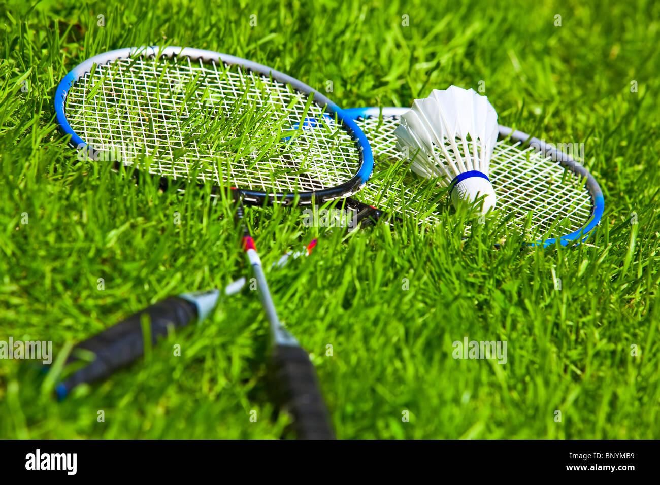 Raquettes de badminton sur l'herbe verte. Photo Stock