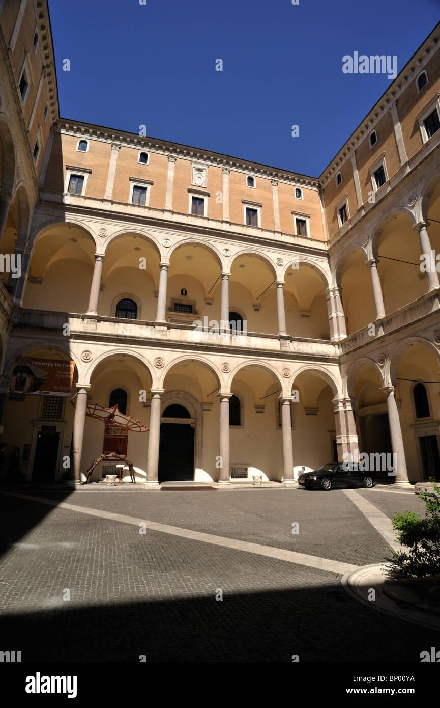L'Italie, Rome, Palazzo della Cancelleria, cour intérieure, l'architecture de la renaissance Photo Stock
