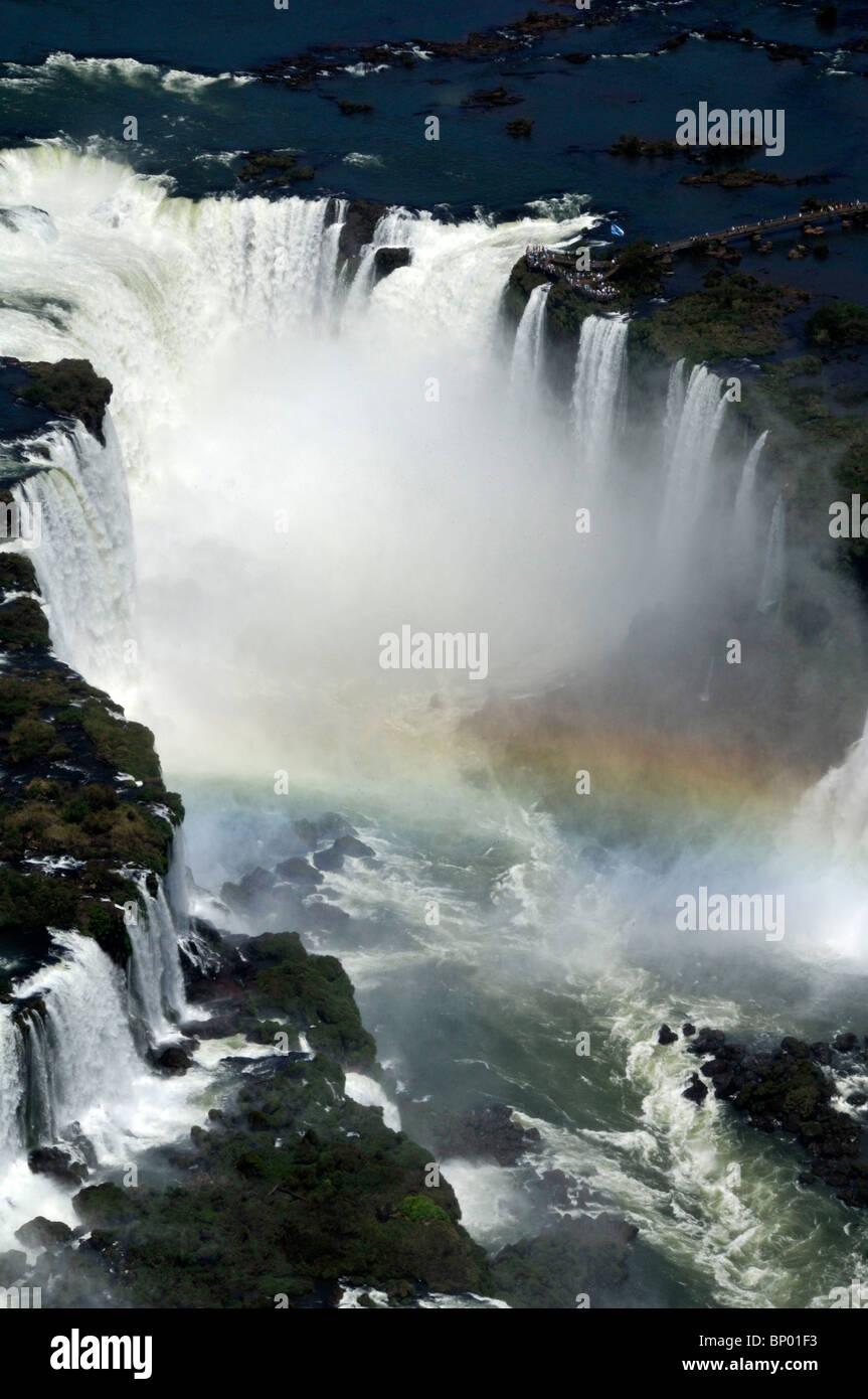 Vue aérienne de Iguassu Falls, avec arc-en-ciel, le parc national d'Iguaçu , l'Argentine et le Brésil Banque D'Images
