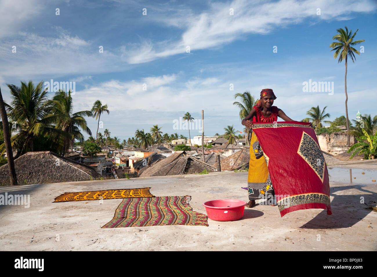 Le Mozambique, l'Ihla de Moçambique, Stone Town. Une dame sèche aux couleurs vives, Kapolanas sur Photo Stock