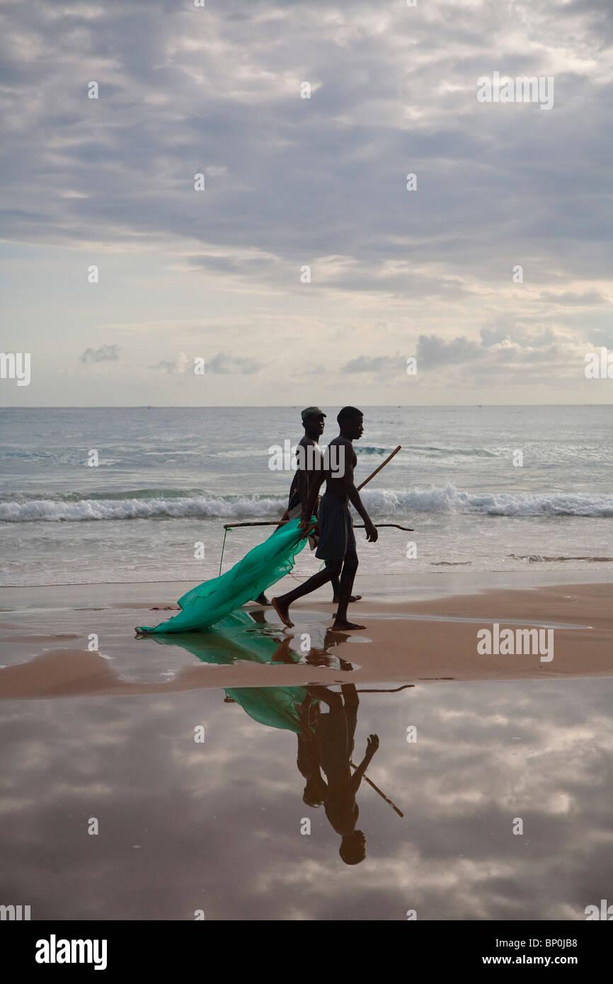 Le Mozambique, Tofo. Deux pêcheurs à pied avec leurs filets le long des plages à Tofo. Photo Stock